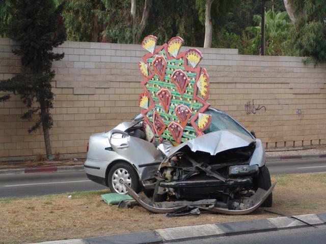 תאונת רכב קל - אובדן שליטה ופגיעה בפסל סביבתי