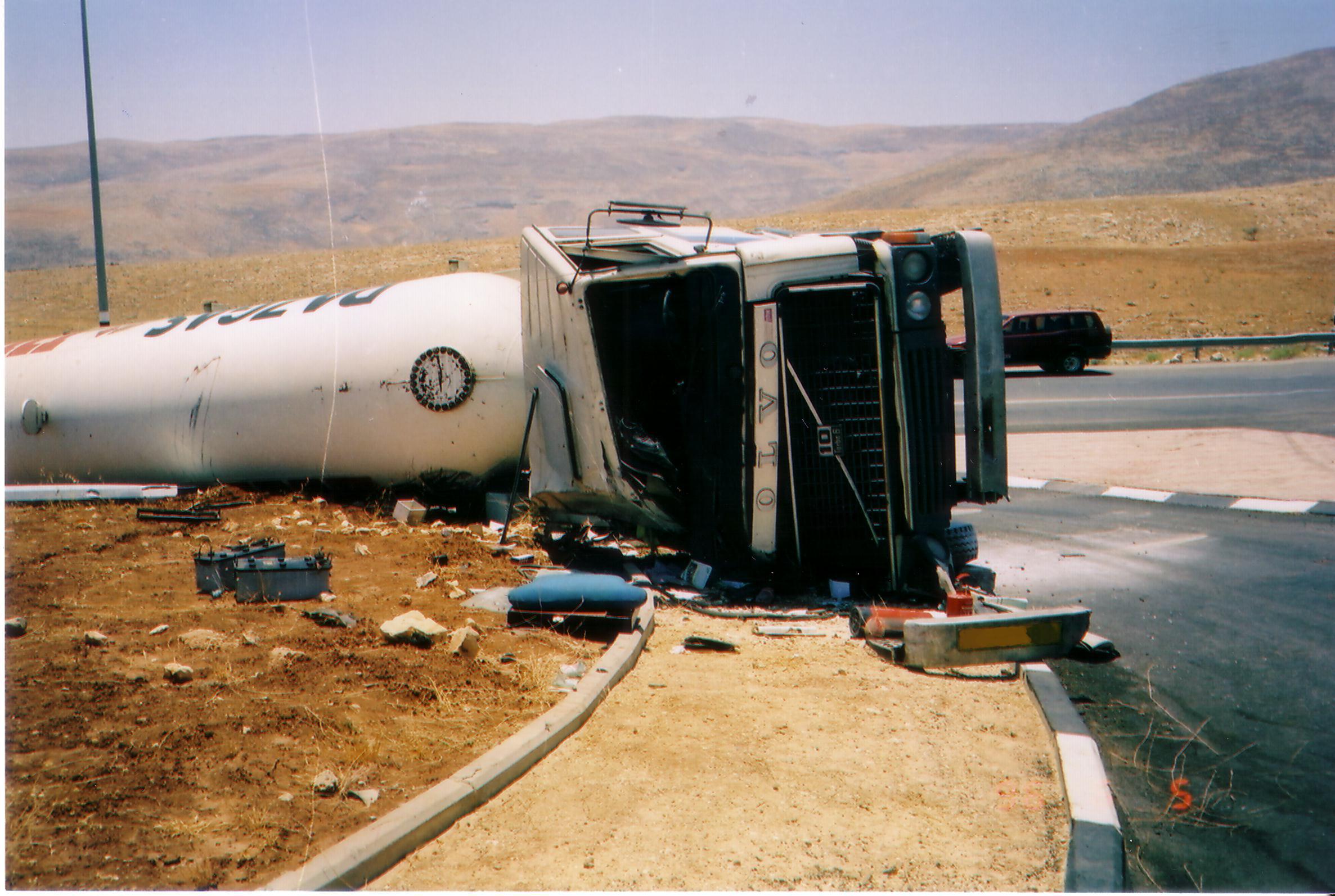 תאונת משאית - מיכלית גז הפוכה