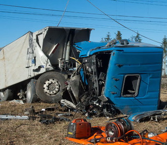 תאונת משאית - משאית לאחר פגיעת קטר רכבת