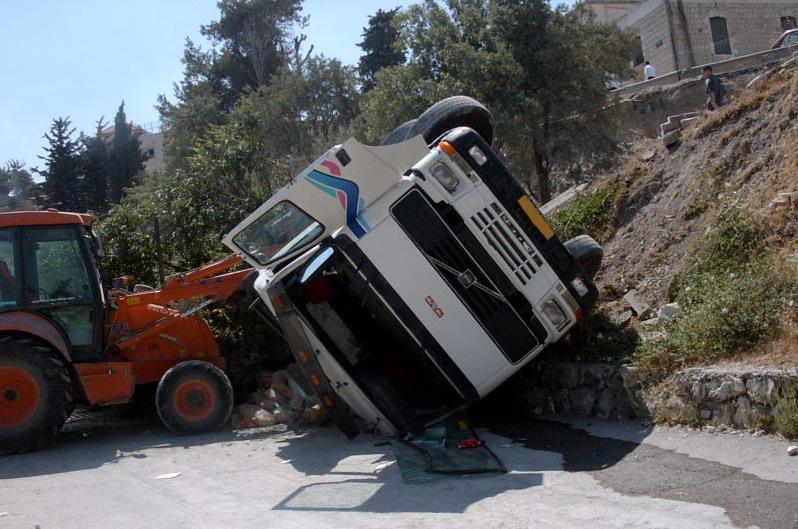 תאונת משאית - משאית מנוף הפוכה