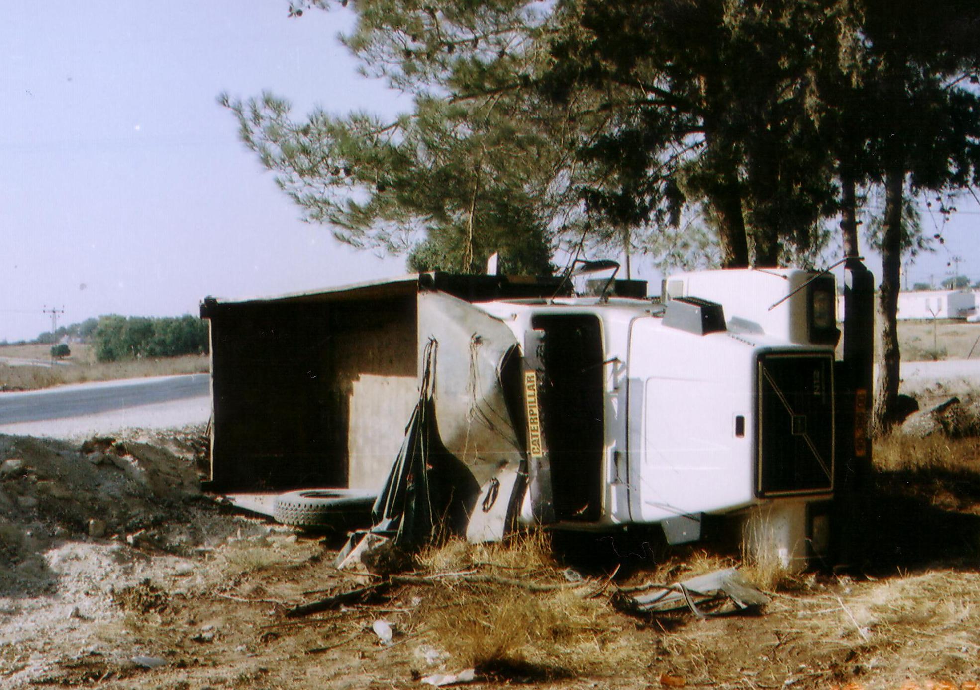 תאונת משאית - משאית רכינה הפוכה