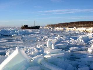תעשייה ועסקים - ספינת דייג שנלכדה בקפאון מוקדם