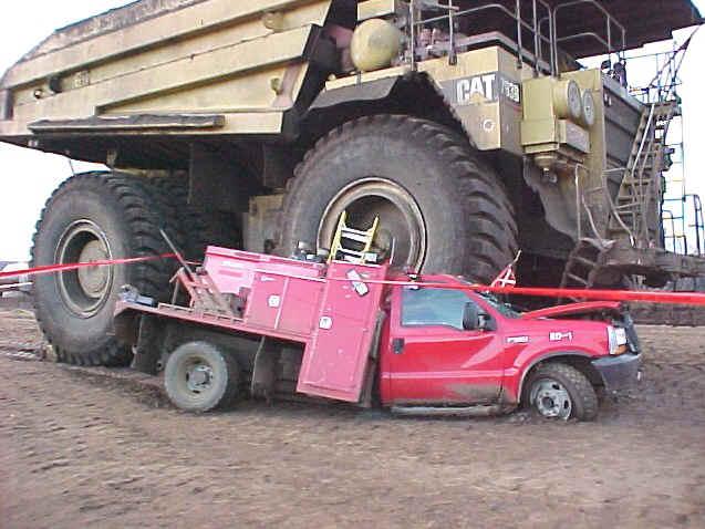 """טרקטורים וצמ""""ה - התנגשות כבאית עם משאית מחצבה"""