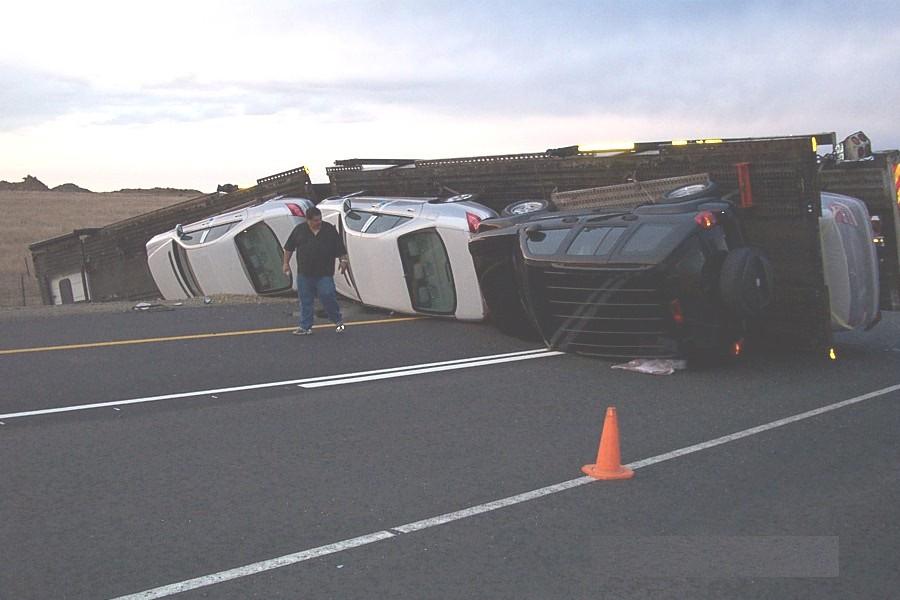 תאונת משאית - מובילית הפוכה