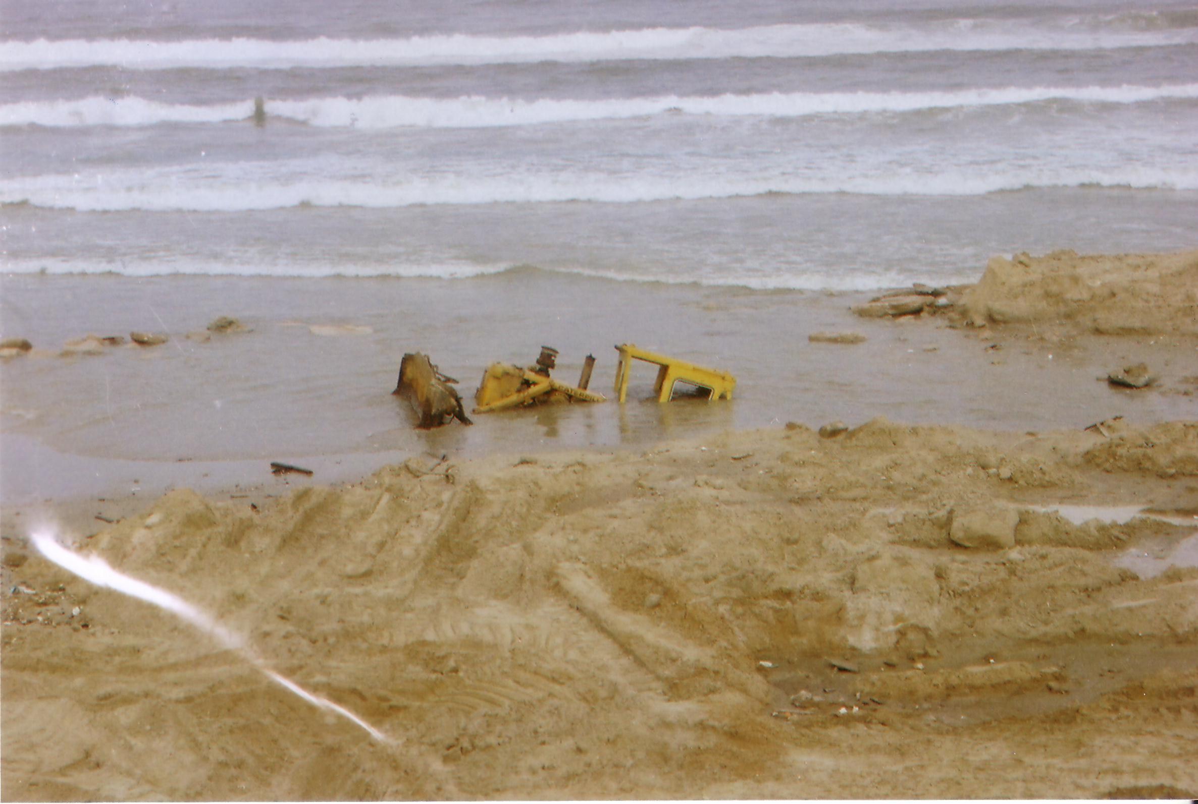 """טרקטורים וצמ""""ה - נסיונות חילוץ דחפור ששקע בים"""