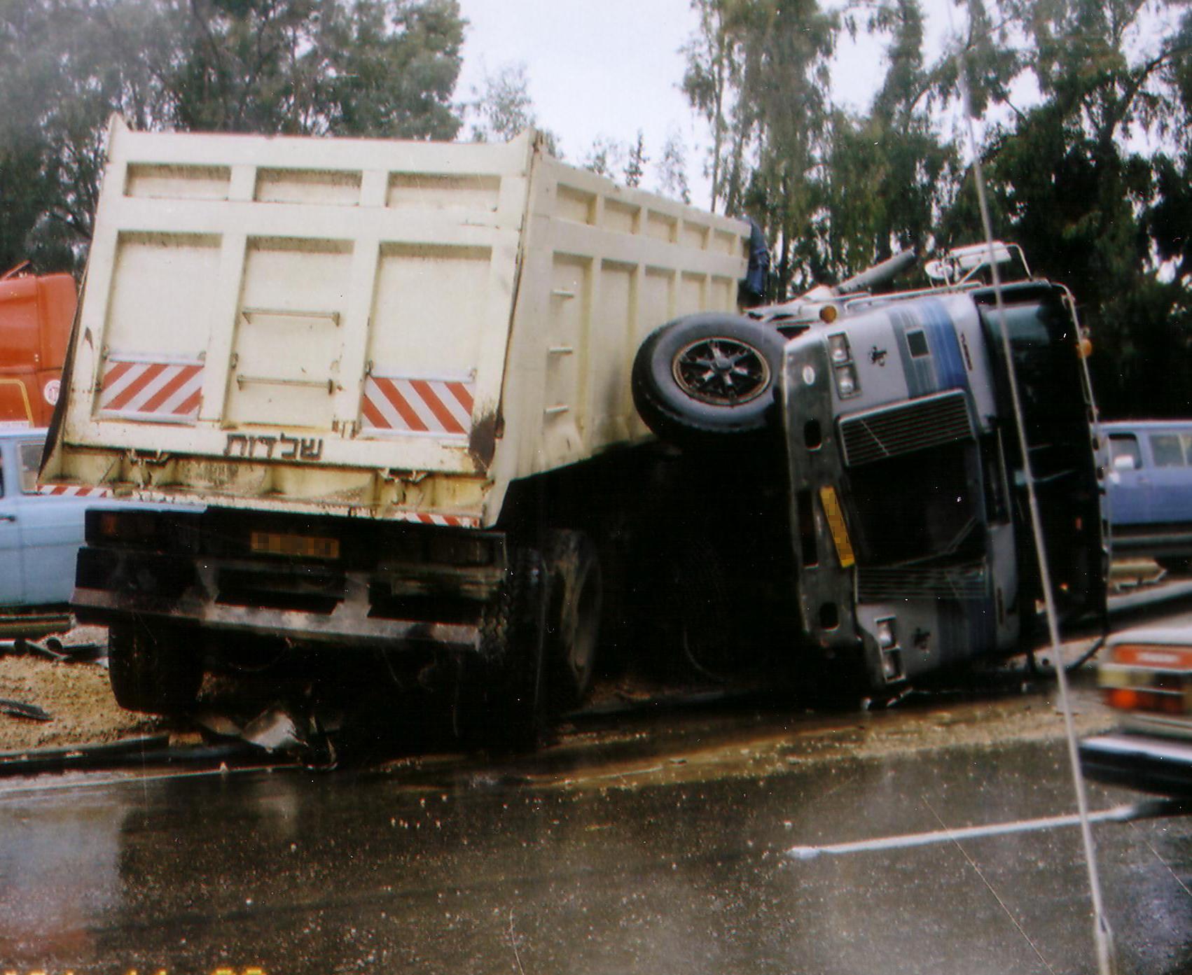 תאונת משאית - רכינה נגררת הפוכה